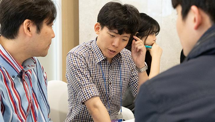 팀 과제 토론에 열심히 참여 중인 선생님들